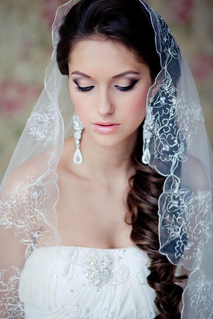 Прическа на средние волосы с фатой для невесты