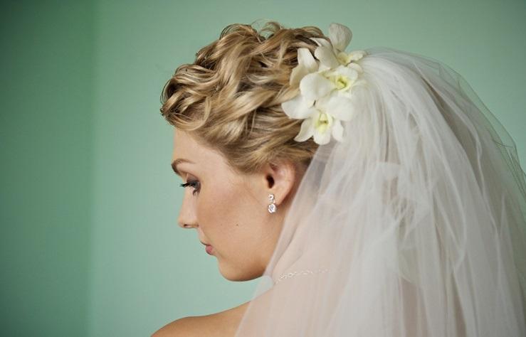 Фото свадебных причесок с фатой на волосы средней длины
