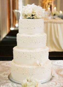 belij-svadebnij-tort-s-belimi-krapinkami