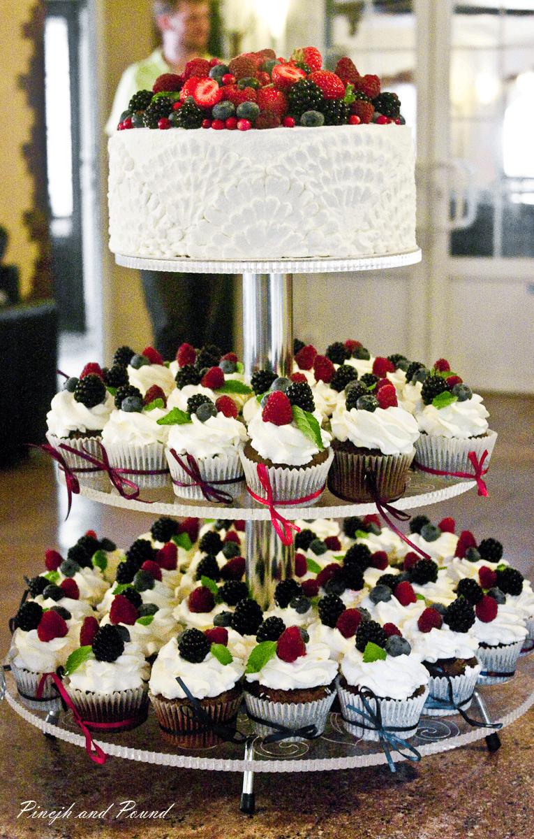 Торт на свадьбу с капкейками фото