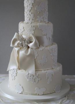 moloshnij-cvet-svadebnogo-torta-s-belim-i-bantom