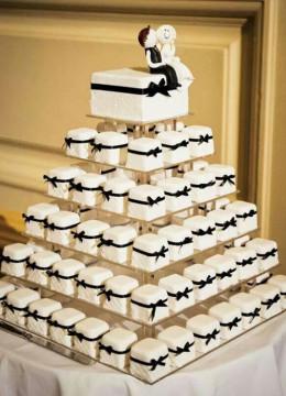 svadebnyy-tort-s-pirozhnymi-kapkeykami-2