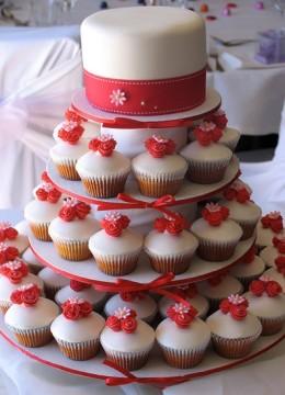svadebnyy-tort-s-pirozhnymi-kapkeykami-5