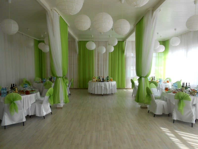 Зал на свадьбу в зеленых тонах