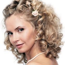 Букли-в-свадебной-прическе-на-средние-волосы