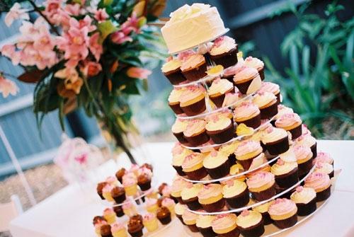 Торт на свадьбу с капкейками