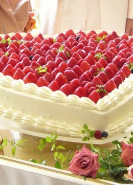 wedding-cake-with-strawberry-heart